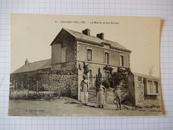 CPA - (58) SAVIGNY POIL FOL - LA MAIRIE ET LES ECOLES - ANIMEE - RARE -  R1203 - France