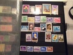 Album De Plus De 700 Timbres Pour La Grande Majorité Etrangers  Obliteres Ou Neufs - Postzegels
