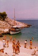 Photo Couleur Originale Bateau D' Excursion VRUJA Et Ambiance Plage Et Maillots De Bain Pour Baigneurs - Bateaux