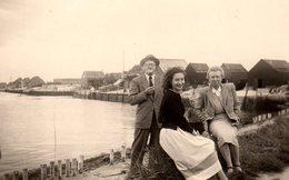 Photo Originale Famille Posant Devant Cabanes De Pêcheurs En 1952 - L'ostréiculture Arcachonnaise ? - Personnes Anonymes