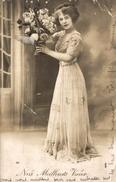 CPA Nos Meilleurs Voeux : Belle Femme Vêtue D'une Longue Robe Et Tenant Un Vase De Fleurs - Donne