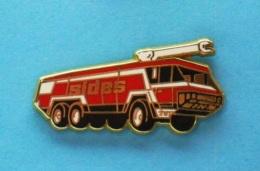 1 PIN'S //   ** SAPEURS POMPIERS ** CAMION SENTINEL S3X ** AÉROPORTUAIRE ** SIDES ** . (S 2000) - Firemen