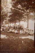 Photo Originale Pique Nique Scolaire De Filles à Bérets à Nozeroy Dans Le Jura (39250) Vers 1910/20 - Anonymous Persons