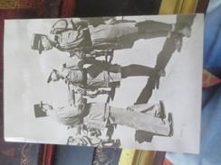 DU TCHAD A TUNIS- DE GAULLE DECORE LE GENERAL  KOENIG- VOIR PHOTOS - Guerre 1939-45