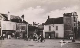Pont Sur Yonne 89 : Place Eugène Petit , Marchand De Cycles & Motos  Peugeot  , Boucherie Animée Cyclistes , Marchande - Autres Communes