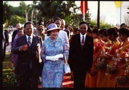 QUEEN ELIZABETH VISITS BANGLADESH 1984 - Famous People