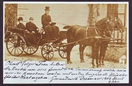 FINE PHOTOGRAPHIC POSTCARD OF THE DUKE & DUCHESS OF BADEN SITTING IN A CARRIAGE - Famous People