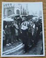 FINE ORIGINAL B&W PHOTO PRINCE PHILIP DUKE OF EDINBURGH CAUGHT IN THE RAIN - Photographs
