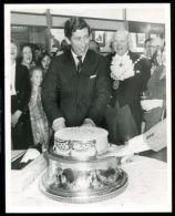 PRESS PHOTO PRINCE CHARLES 30TH BIRTHDAY CAKE REGENT ST CHRISTMAS LIGHTS 1978 - Unclassified