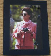 FINE ORIGINAL COLOUR PRESS PHOTO OF PRINCESS MARGARET IN SUNGLASSES WITH CAM - Unclassified