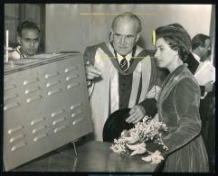 REUTER PRESS PHOTO 1958 PROFESSOR NORRISH & PRINCESS MARGARET CAMBRIDGE UNI - Other Collections