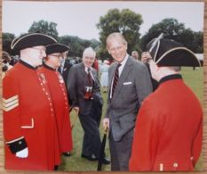 PRESS PHOTO PRINCE PHILIP NOT FORGOTTEN CHELSEA PENSIONERS 1987 BUCK PALACE - Famous People