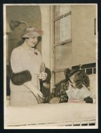 FINE COLOUR PRESS PHOTO QUEEN ELIZABETH QUEEN MOTHER CHARING CROSS HOSPITAL - Other Collections