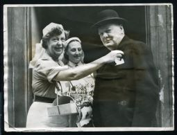 1942 PRESS PHOTO WINSTON CHURCHILL BUYING RED CROSS FLAG ADELPHI MOBILE UNIT - Other Collections
