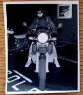 FINE ORIGINAL PRESS PHOTO HIPPODROME LORD LINLEY LEAVES MOTORBIKE 1984 - Famous People