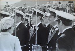FINE ORIGINAL PRESS PHOTO PRINCE ANDREW QUEEN ELIZABETH II DARTMOUTH 1980 - Famous People