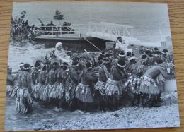 QUEEN ELIZABETH CANOE TUVALU ROYAL VISIT 1982 - Other Collections