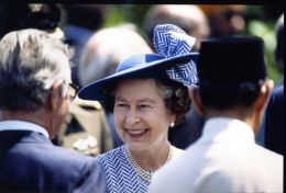 HM QUEEN ELIZABETH IN SINGAPORE 1989 - Other Collections