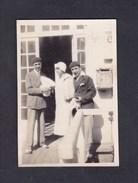 Photo Originale Vintage Snapshot Prise à Trouville En 1928 ( Personnes Femme Homme Portant Beret Boite Aux Lettres Poste - Lieux