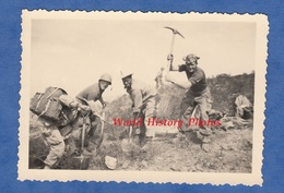 Photo Ancienne- Guerre D' Algérie - Soldat Français Au Travail - Voir Autres Photos Du Soldat - Colonial Casque Uniforme - Krieg, Militär