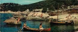 83 - 130517 - ILE DU LEVANT - NATURISME - La Plage Des Grottes - Carte Double Panoramique Seins Nus Voilier - Francia
