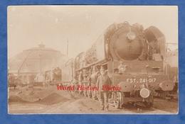 CPA Photo - Gare / Dépot Rotonde à Situer - Superbe Locomotive Chemin De Fer De L' Est 241 017 ET 251 054 - Bahn Train - Gares - Avec Trains