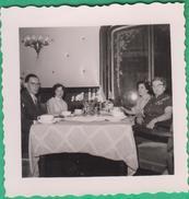 Couple - Un Couple à Table Avec 2 Femmes - Personnes Anonymes