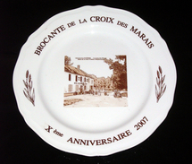 Assiette Brocante La Croix Des Marais Veuilly La Poterie 2007 -  Porcelaine D'Art Marigny En Orxois Aisne 02 Picardie - Other
