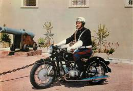 "/ CPSM MONACO ""Carabinier Du Peloton D'Escorte Motocycliste Devant Le Palais De S.A.S. Le Prince De Monaco"" - Palais Princier"