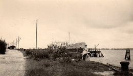 Photo Originale D'un Paquebot Cargo Au Niveau Du Bac Du Hode-Berville Le 15 Juillet 1954 - Chantier Pont De Tancarville - Personnes Anonymes