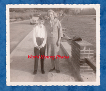 Photo Ancienne Snapshot - Femme & Son Enfant - Automobile Citroen 2CV - Boy Woman Mode Pose Sac Bag - Cars