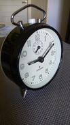 REVEIL JUNGHANS - Métal Et Plastique - NOIR ET BLANC -  Diamètre 9cm - Mécanique -  Fonctionne  + Alarme - FLUO - Réveils