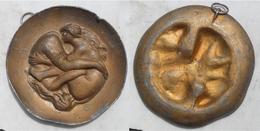 Medaillon érotique Maison Close 90 Mm Bronze Sur Etain Couple Filles Lesbiennes - Etains