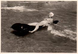 Photo Originale Plage & Maillot De Bain - Pin-up à La Baignade Sur Matelas Gonflable & Bonnet De Bain Vers 1950/60 - Pin-Ups