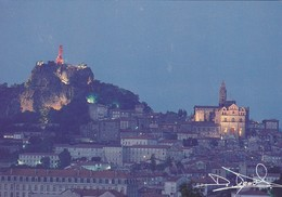 43---LE PUY EN VELAY--vue De Nuit--départ Des Chemins De St-jacques De Compostelle --voir 2 Scans - Le Puy En Velay