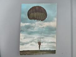 CPA PHOTO PARACHUTISME PARACHUTE AVANT ARRIVEE AU SOL - Parachutisme
