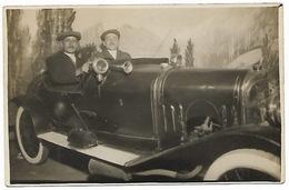 CARTE PHOTO  Deux Hommes Posant Dans Une Vieille Automobile - Voitures De Tourisme