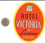 ETIQUETA DE HOTEL   HOTEL VICTORIA  -LAUSANNE  -SUIZA (SUISSA)  ( CON CHARNELA) - Etiquettes D'hotels