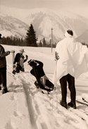Photo Originale Photographe Amateur En Plein Exercice De Photographie En Montagne Sur La Neige - Pose Position à Genoux - Personnes Anonymes