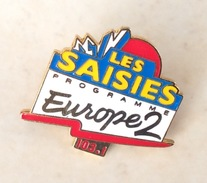 Pin's Radio Europe 2 . Les Saisies - Médias