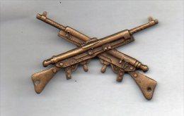 Insigne En Métal 14-18 Représentant Deux Fusils Entrecroisés  (I-011) - Militares