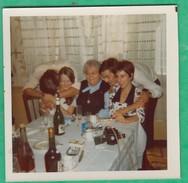Couple - 2 Couples Et Une Femme à Table - Personnes Anonymes
