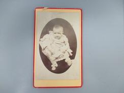 CDV BEBE   PHOTOGRAPHE CASIMIR TROISNARD CHATEAU DU LOIR 72 - Cartes De Visite