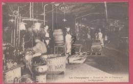 51 - LA CHAMPAGNE--Travail Du Vin De Champagne-Le Dégorgement--travail Du Chai--animé - Vignes