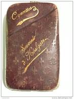 - Étui à Cigarettes - Métal, Cuir Plastifié, Souvenir D´Houlgate, Ancien, Fleurs De Lys, Scans. - Matchboxes