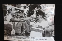 185 / Tour De France 1956, 7ère étape : Lorient - Angers, Geminiani, Hassenforder Se Livrent à Des Facéties .