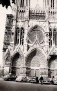 Photo Originale Cathédrale Ressemblant à Notre-Dame De Paris Et Parking Avec Citroën Traction & Autres En 1955 - Lieux