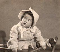 Photo Originale Portrait De Bébé Sur Chaise Haute Et Mode Hivernale Avec Chapeau Assortit Au Manteau - Personnes Identifiées
