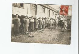 FONTAINEBLEAU (77) CARTE PHOTO MILITAIRES S'OCCUPANT DE LEURS CHEVAUX A LA CASERNE 1914 - Fontainebleau