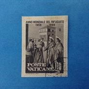 1960 VATICANO FRANCOBOLLO USATO STAMP USED - ANNO MONDIALE DEL RIFUGIATO 10 Lire -